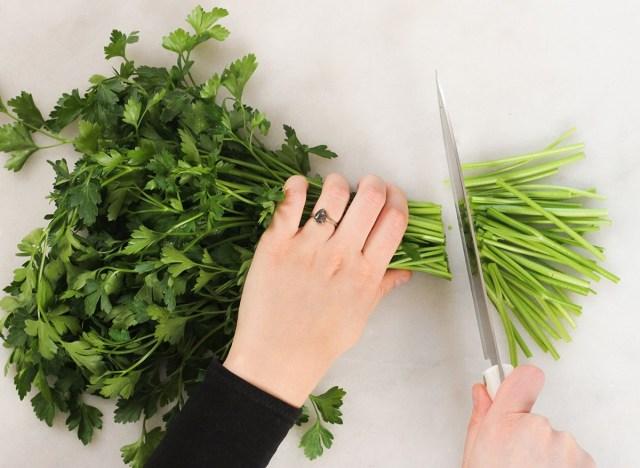 The Single Best Way To Store Fresh Herbs新鲜的香草如何存放?你需要这几招巧妙应对!