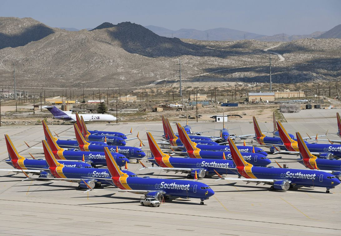 Boeing says 737 Max will stay grounded until mid-2020波音公司表示,到2020年年中,波音737 Max将一直停飞