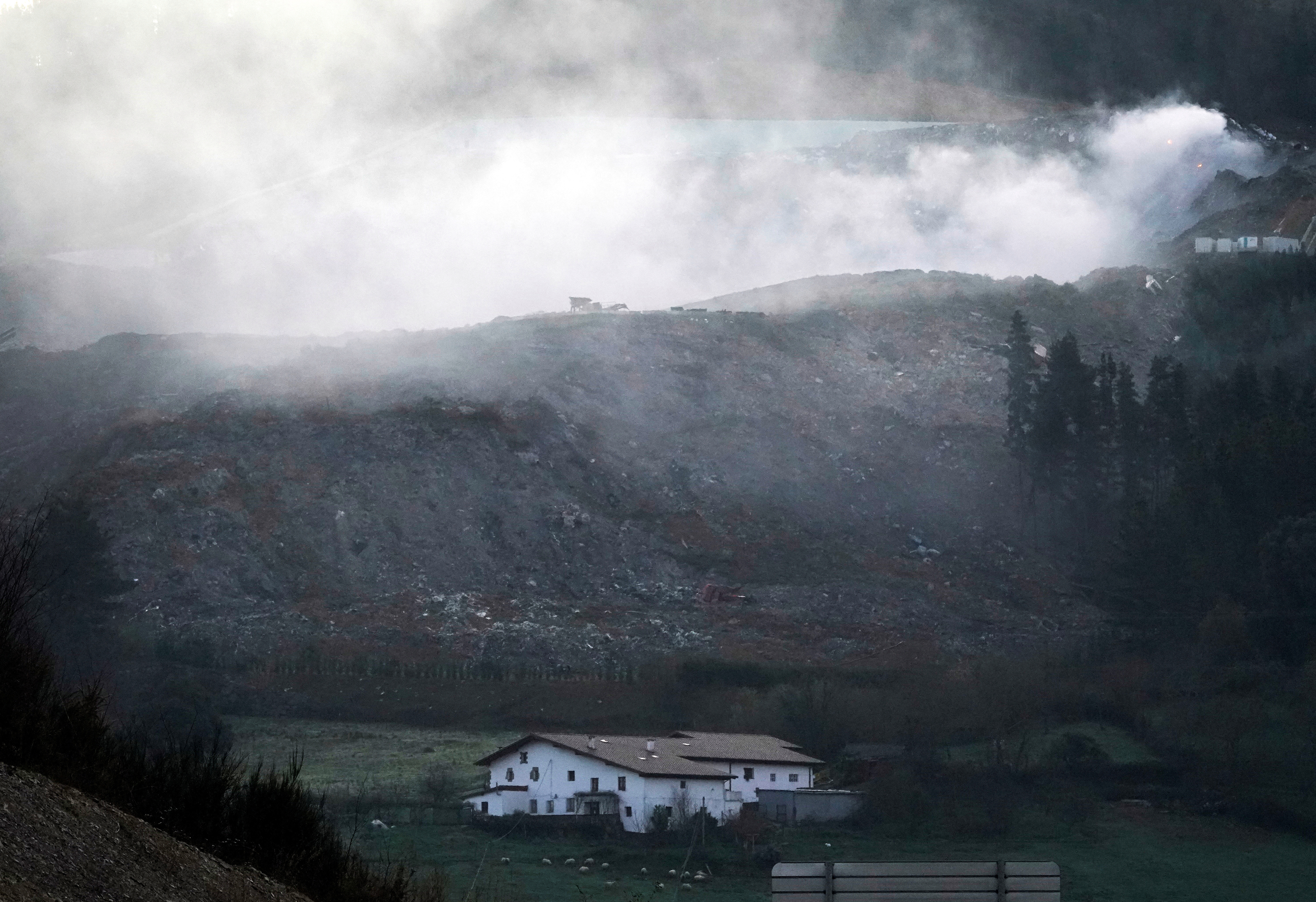 Eibar vs Real Sociedad postponed over toxic pollution after landfill site collapses 'killing two workers'附近垃圾填埋场发生火灾,埃瓦尔推迟本轮西甲比赛