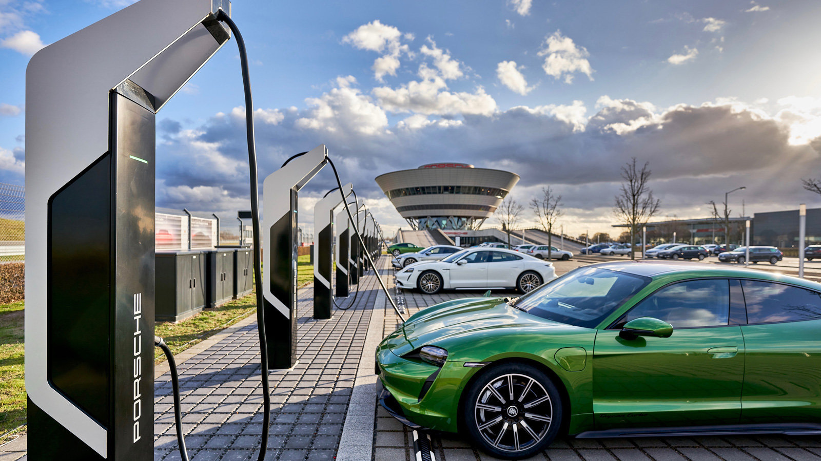 Porsche opens Europe's most powerful EV charging park保时捷开设欧洲最强大的电动汽车充电园