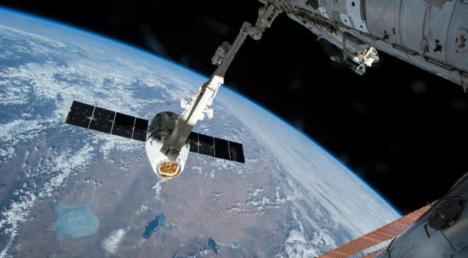 "SpaceX Dragon Uses Space Station Robotic Arm for Berthing for the Last TimeSpaceX公司的""龙""号飞船最后一次使用空间站的机械臂进行停泊"