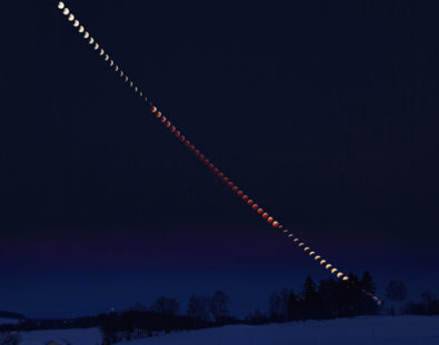 Earth's Skies Transmitted Signs of Life During Lunar Eclipse在月食期间,地球的天空传播了生命的迹象