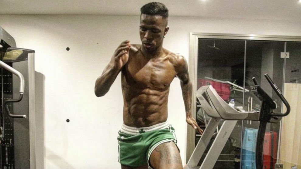 Vinicius shows off his muscles during home workout维尼修斯在家锻炼秀肌肉