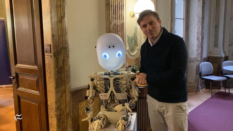 Roboy the robot is fully compliant, soft, and huggable很听话、很柔软又会拥抱的机器人Roboy亮相