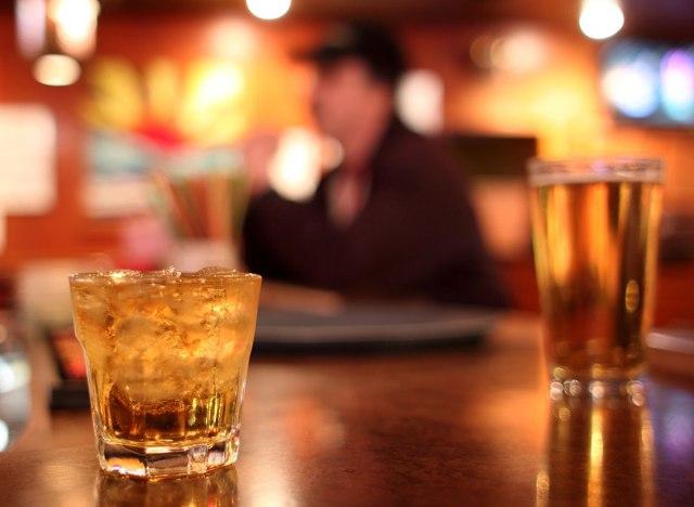 10 Alcohol Myths You Should Just Stop Believing你应该停止相信酒精的10个误区