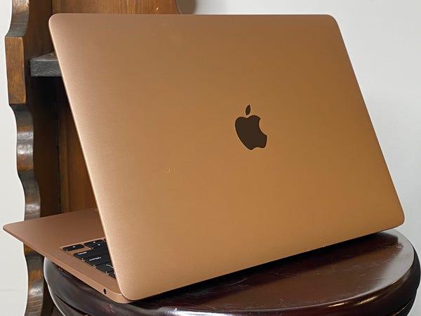 The new MacBook Air fixes the previous model's worst flaw, but you should avoid the cheapest model新款MacBook Air弥补了上一款机型的最大缺陷,但你应该避免购买最便宜的机型