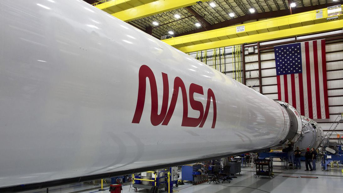 "NASA brings famous 'worm' logo out of retirement for crewed SpaceX mission美国宇航局将著名的""蠕虫""标志从SpaceX宇航员的任务光荣回归"